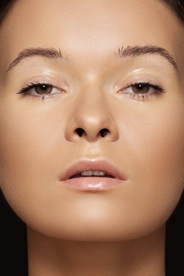 Närbildskönhet. Model framsida med solbränd & clean hud arkivfoton