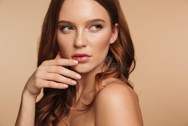 Närbildskönhetstående av den ljust rödbrun kvinnan för gåta med långt hår arkivbilder