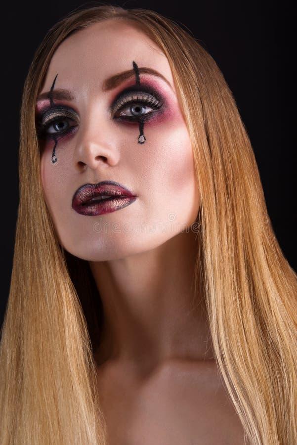 Närbildskönhetstående av en flicka med ett idérikt smink Läskigt och kusligt halloween begrepp royaltyfria foton