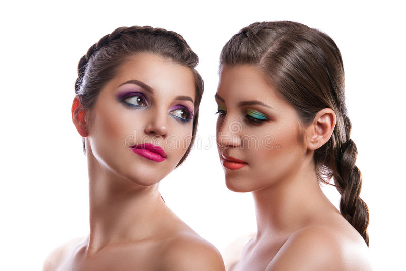 Närbildskönhetstående av två härliga unga kvinnor fotografering för bildbyråer