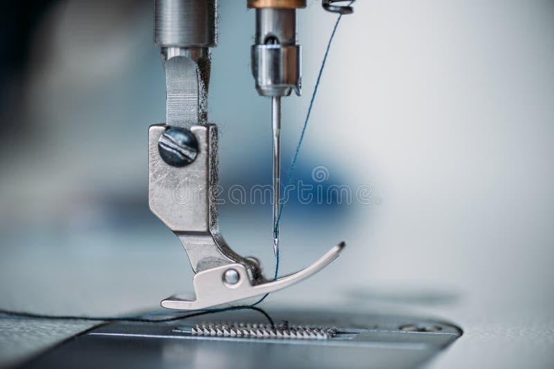 närbildskott av visaren och tråd av symaskinen arkivbilder
