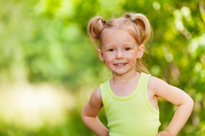 Närbildstående av att le tre år gammal flicka arkivfoton
