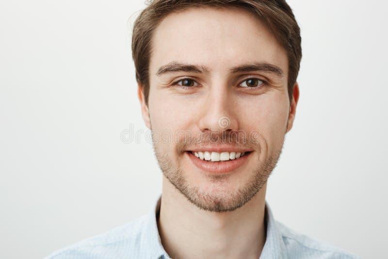 Närbildstående av den attraktiva säkra vuxna mannen med borstet som i huvudsak ler, medan se kameran som står arkivbilder