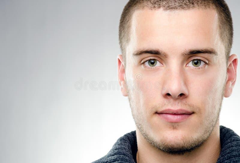 Närbildstående av den attraktiva unga mannen arkivfoto