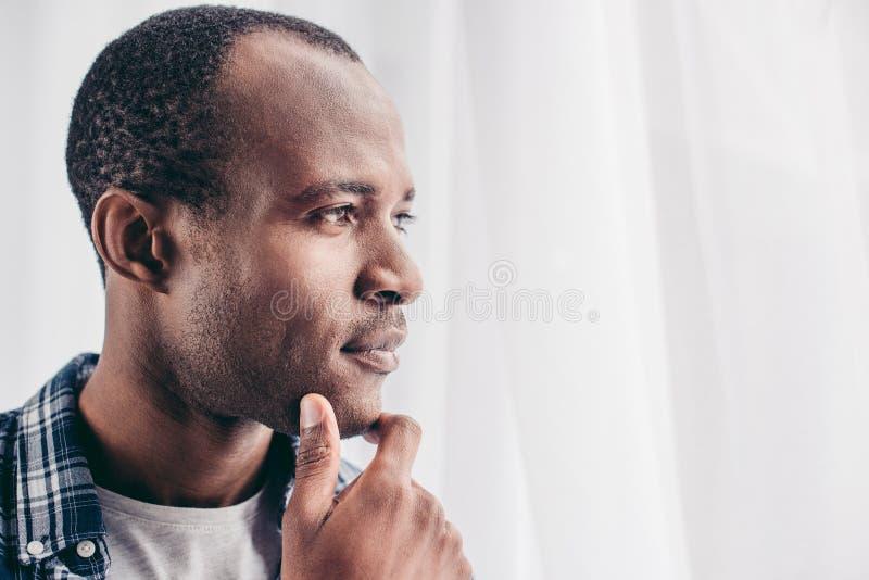 närbildstående av den eftertänksamma afrikansk amerikanmannen royaltyfria bilder