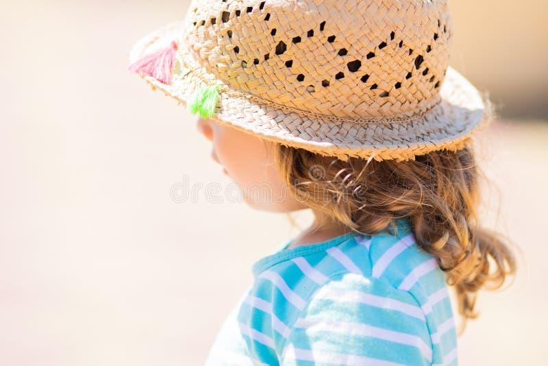 Närbildstående av den förtjusande lilla flickan på den tropiska semesterorten, solig sommardag fotografering för bildbyråer