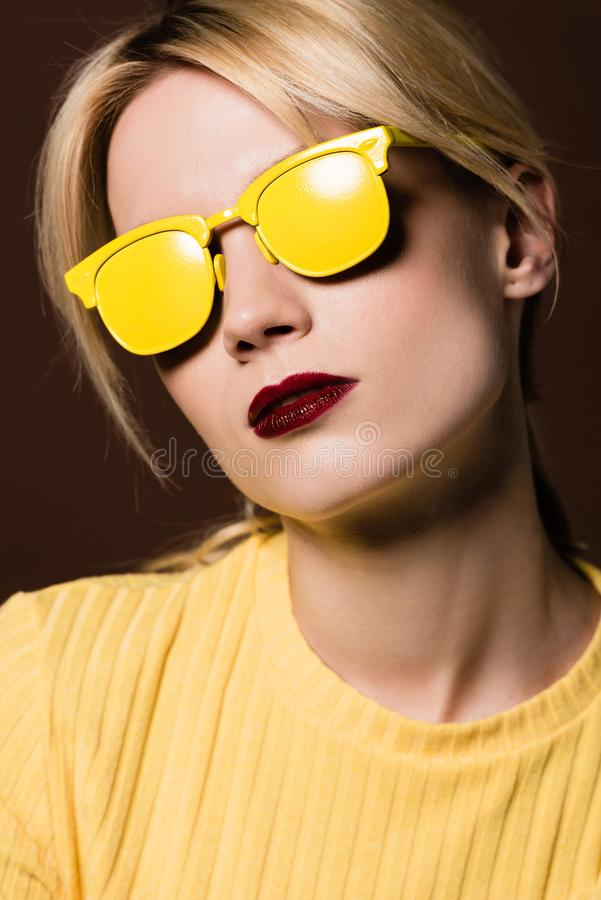 närbildstående av den härliga blonda flickan som bär gul solglasögon fotografering för bildbyråer
