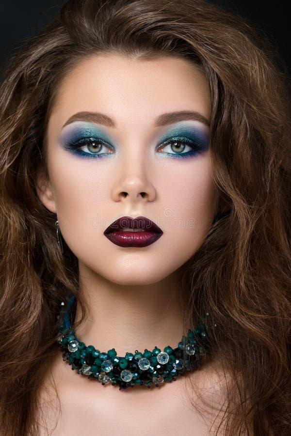 Närbildstående av den härliga brunettkvinnan med modernt modesmink royaltyfria bilder
