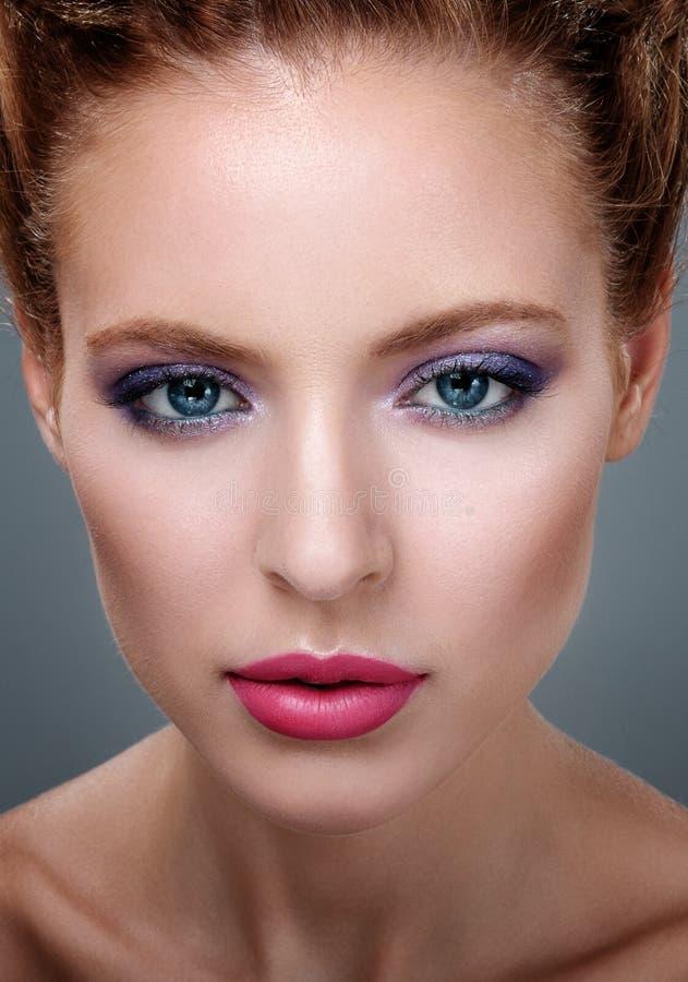 Närbildstående av den härliga flickan med ljus makeup arkivbilder