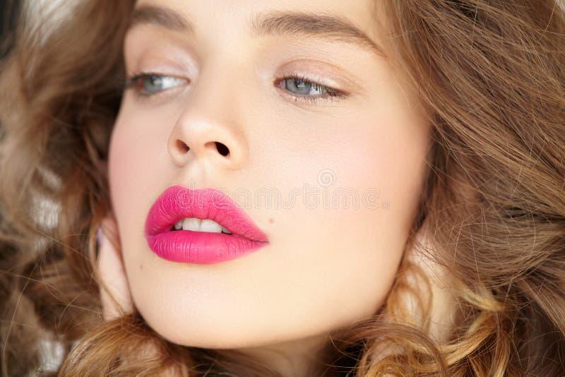 Närbildstående av den härliga flickan med rosa kanter arkivfoton