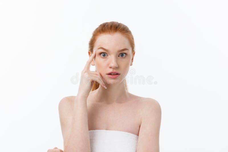 Närbildstående av den härliga, nya, sunda och sinnliga flickan över vit bakgrund royaltyfria foton