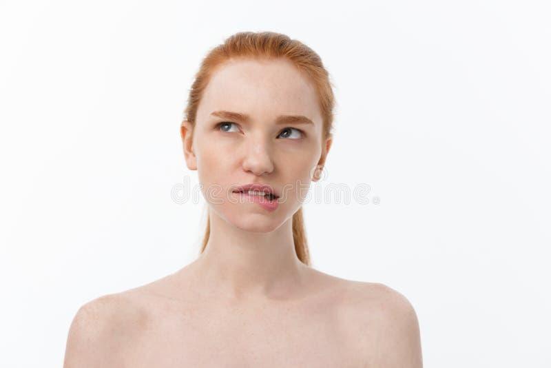 Närbildstående av den härliga, nya, sunda och sinnliga flickan över vit bakgrund royaltyfri foto