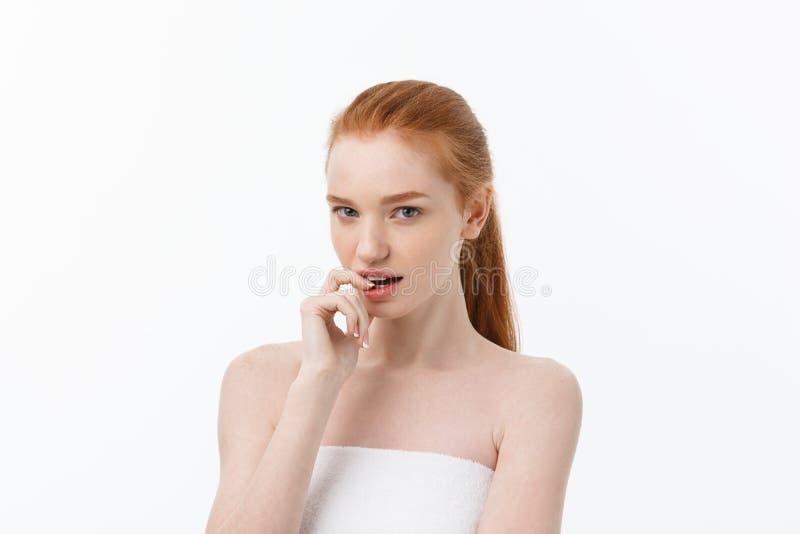 Närbildstående av den härliga, nya, sunda och sinnliga flickan över vit bakgrund royaltyfri fotografi