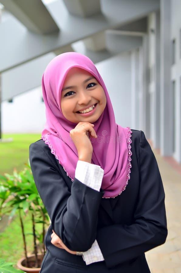 Närbildstående av den härliga unga asiatiska studenten royaltyfri bild