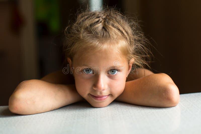 Närbildstående av den lilla gulliga flickan Lyckligt arkivbild