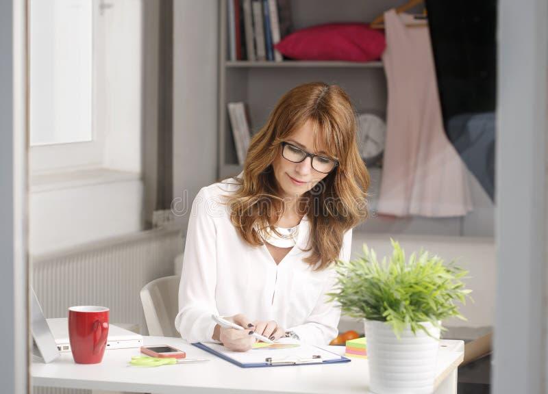 Närbildstående av den moderna affärskvinnan royaltyfri foto