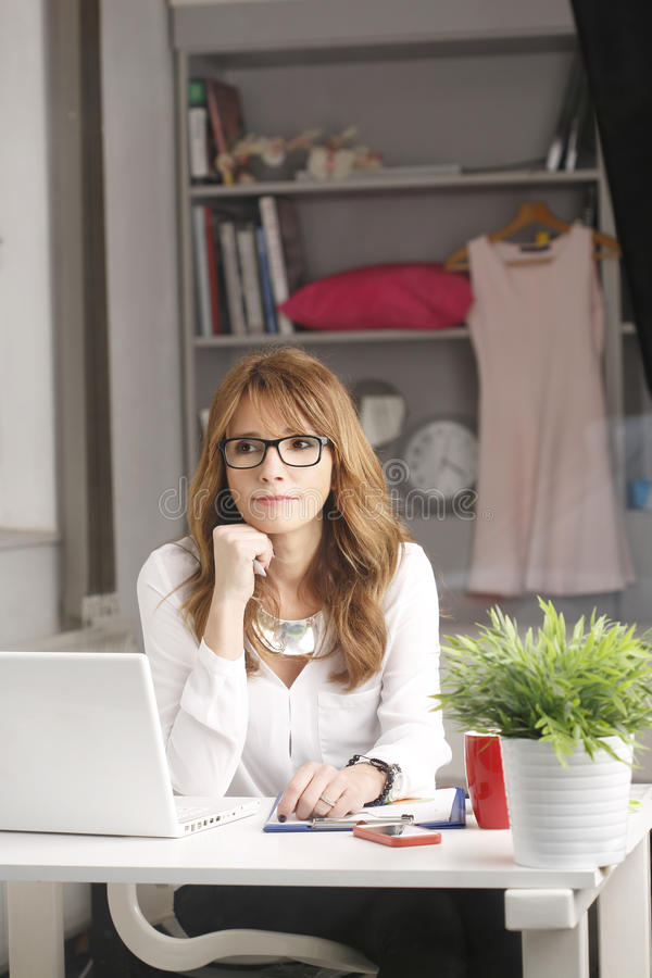 Närbildstående av den moderna affärskvinnan fotografering för bildbyråer