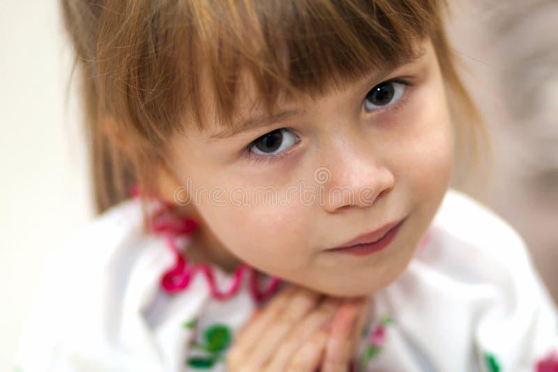Närbildstående av den nätta flickan för litet barn fotografering för bildbyråer