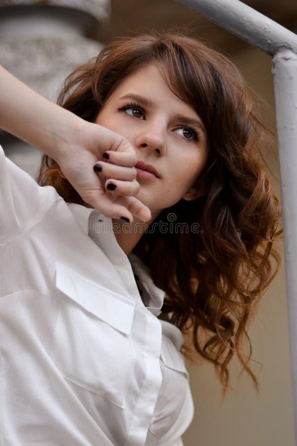 Närbildstående av den perfekta, gulliga härliga flickan Attraktiv flicka med mörker, bruntögon, blick på sidan, bort, perfekt, lo arkivfoton