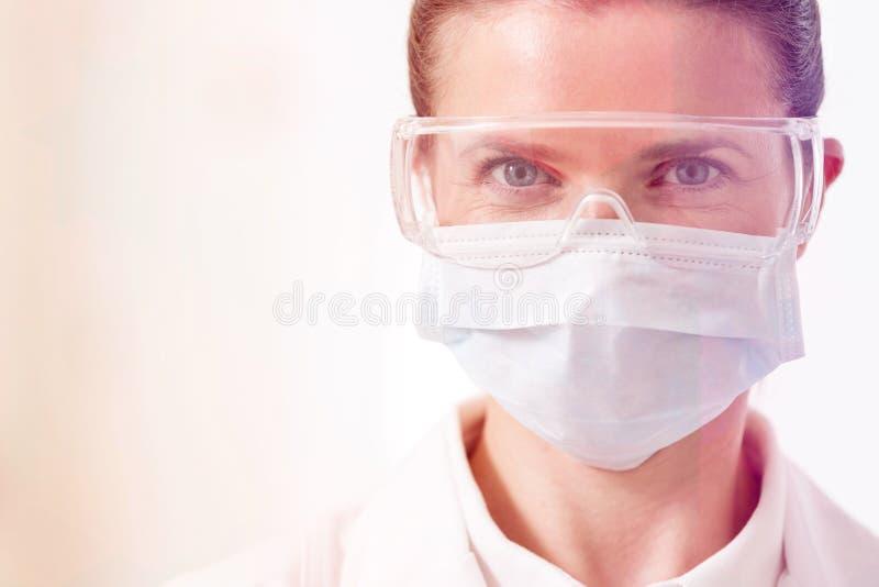 Närbildstående av den säkra tandläkaren arkivfoton