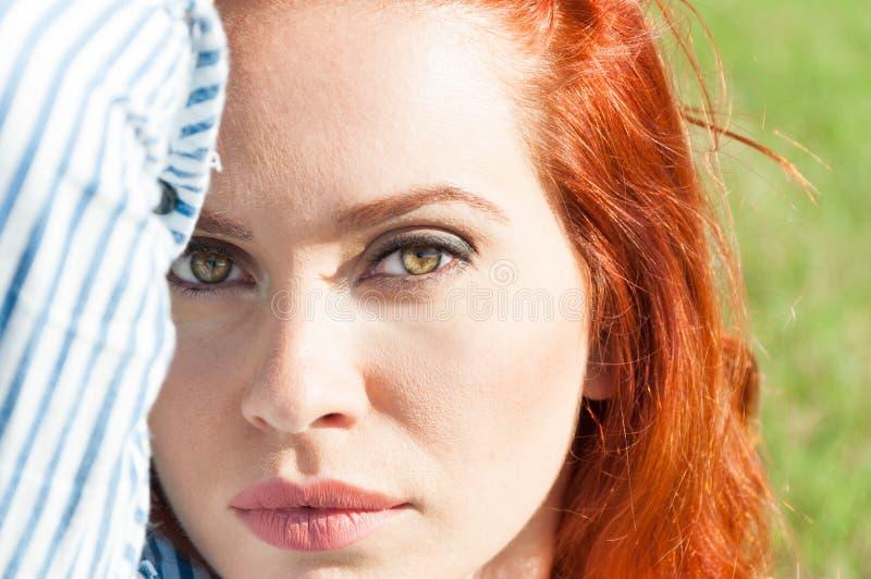 Närbildstående av den sexiga röda haired flickan royaltyfri bild