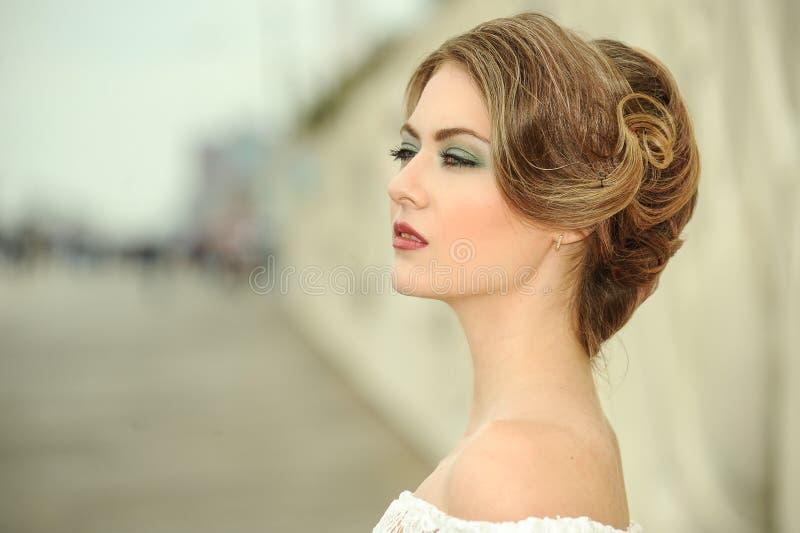 Närbildstående av den sinnliga härliga blonda kvinnamodellframsidan med ljust yrkesmässigt smink royaltyfria bilder