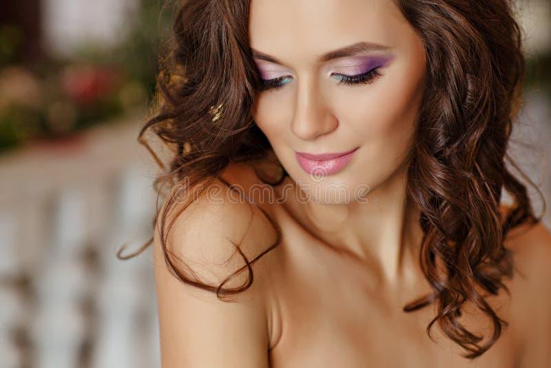 Närbildstående av den sinnliga unga brunettkvinnan med ljust ey arkivfoto