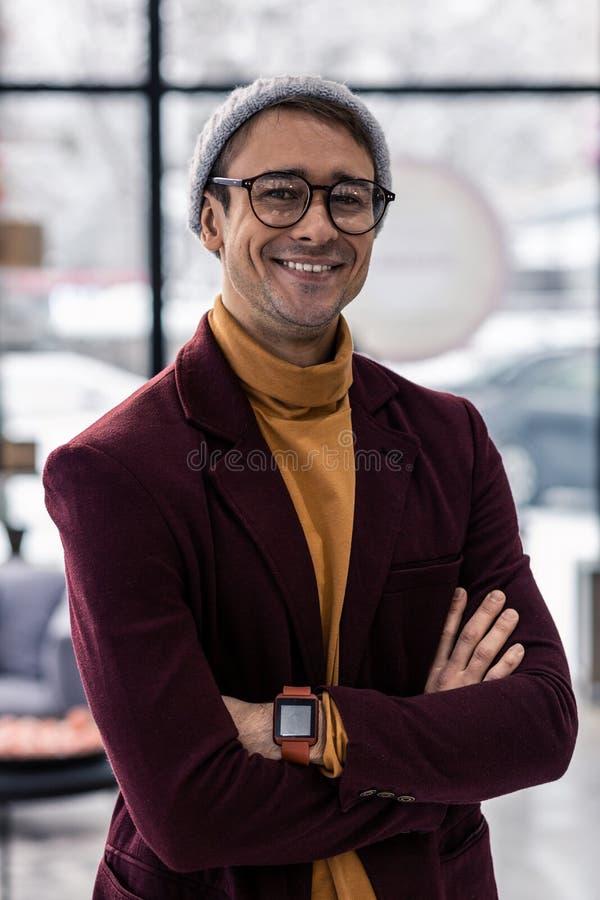 Närbildstående av den stiliga hipstermannen i hans 30-tal arkivfoto