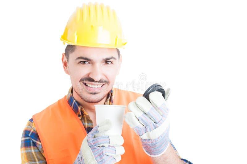 Närbildstående av den stiliga teknikern med en kopp kaffe arkivbilder