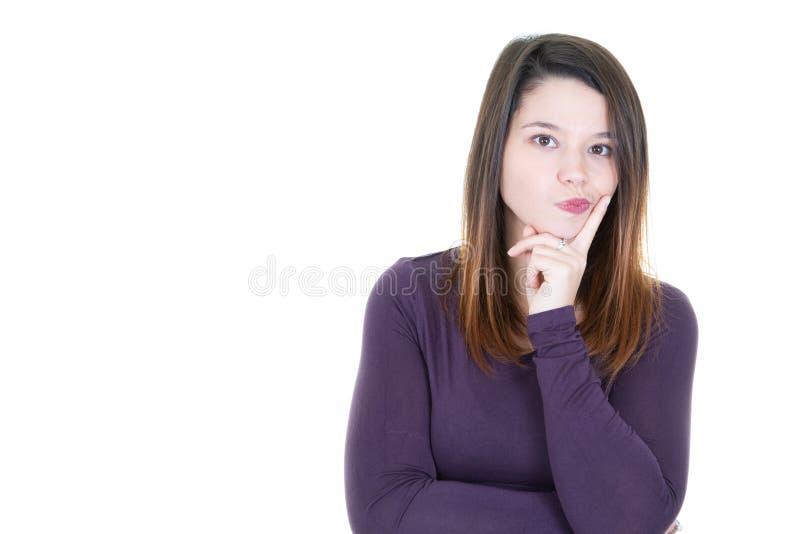 Närbildstående av den trevliga gulliga attraktiva sinnade flickan som trycker på hakan över vit bakgrund royaltyfri bild