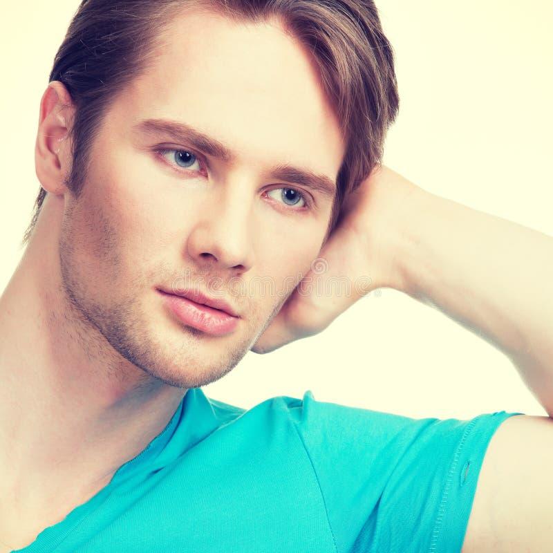Närbildstående av den unga attraktiva mannen royaltyfri foto