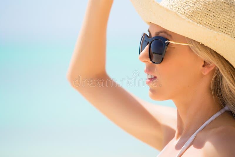 Närbildstående av den unga kvinnan på stranden arkivfoto