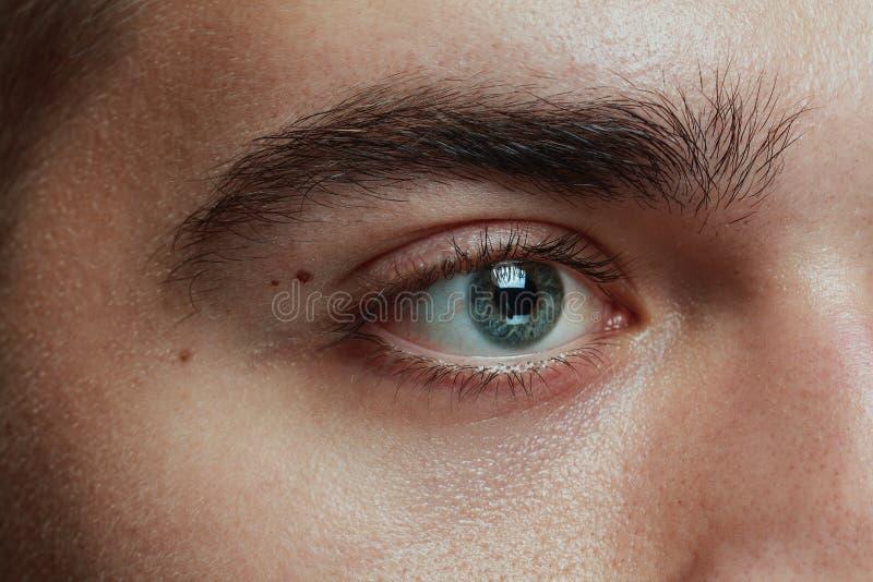 Närbildstående av den unga mannen som isoleras på grå studiobakgrund fotografering för bildbyråer