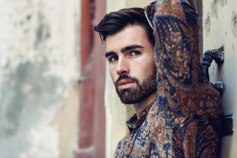 Närbildstående av den unga skäggiga mannen, modell av mode, i urb royaltyfri fotografi