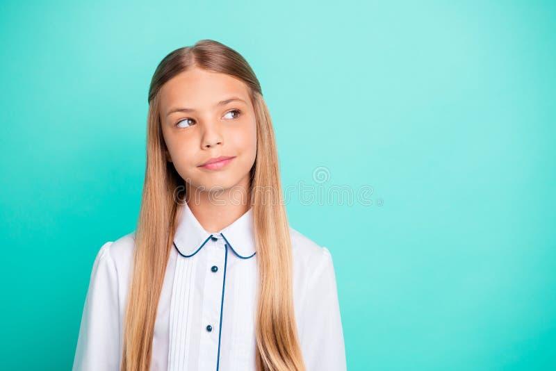 Närbildstående av denseende attraktiva älskvärda trevliga charmiga eftertänksamma nyfikna smarta klyftiga pre-tonåriga flickan royaltyfria foton