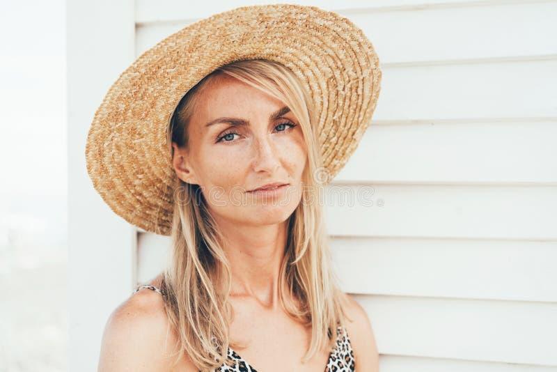 Närbildstående av en blond kvinna med fräknar arkivbilder