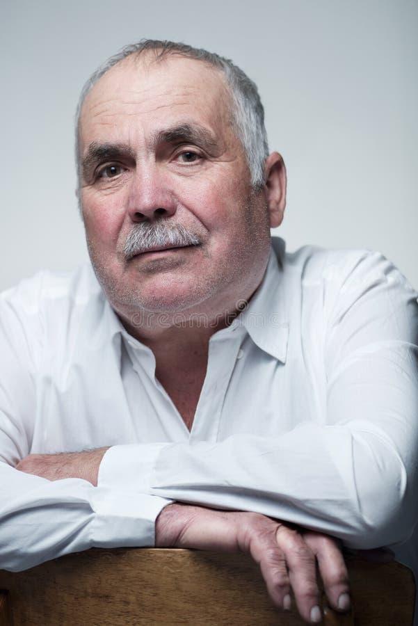 Närbildstående av en Caucasian hög man med mustaschen royaltyfri foto