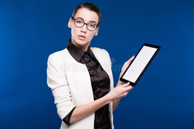 Närbildstående av en flicka med en minnestavla i händer arkivbilder