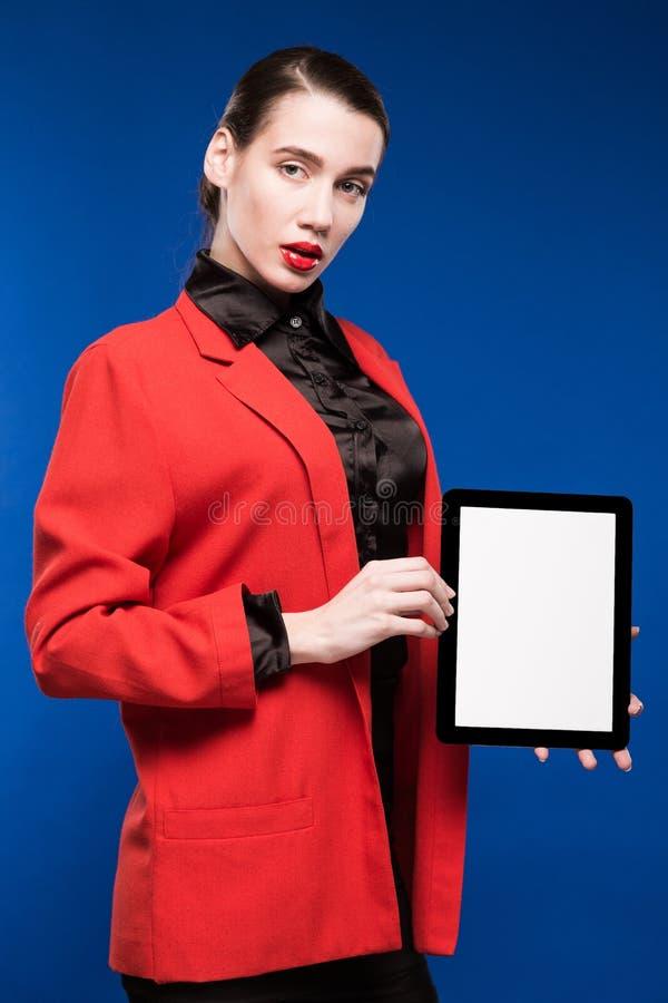 Närbildstående av en flicka med en minnestavla i händer royaltyfri foto