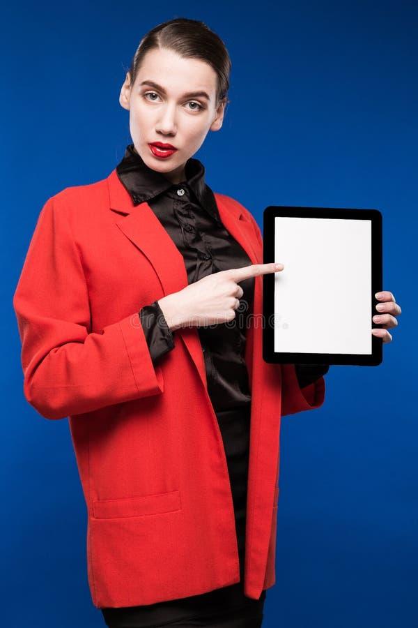 Närbildstående av en flicka med en minnestavla i händer royaltyfri bild