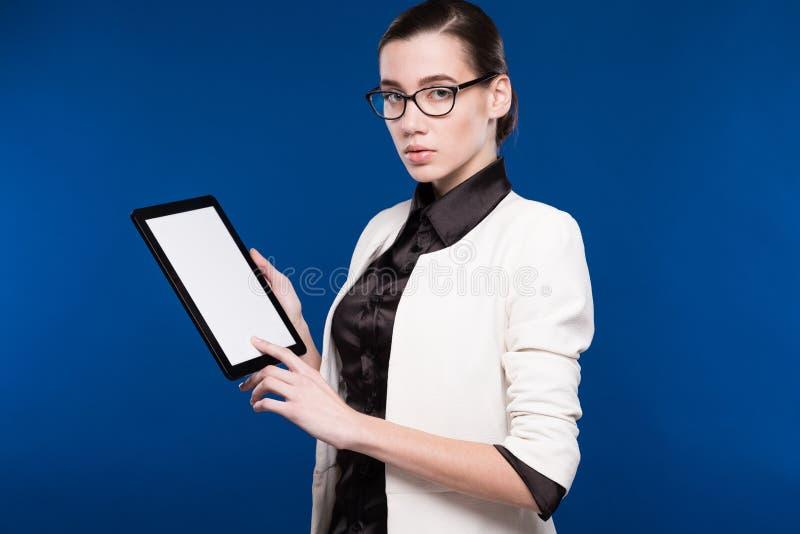 Närbildstående av en flicka med en minnestavla i händer arkivbild