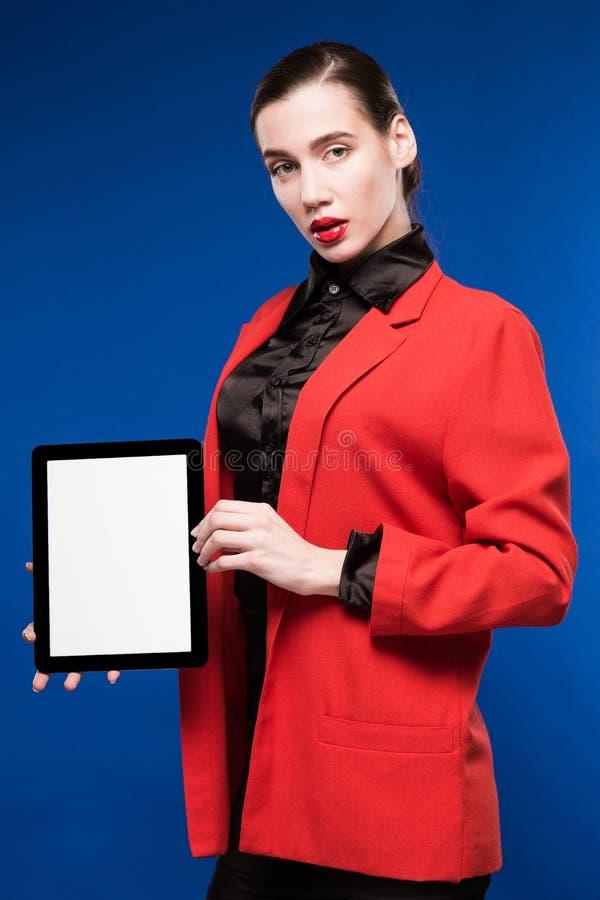 Närbildstående av en flicka med en minnestavla i händer royaltyfria bilder