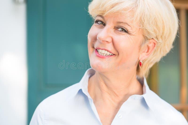Närbildstående av en gladlynt hög kvinna med goda hälsor royaltyfri foto
