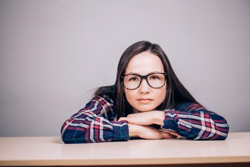 Närbildstående av en härlig charmig kvinna med exponeringsglas på en grå bakgrund fotografering för bildbyråer