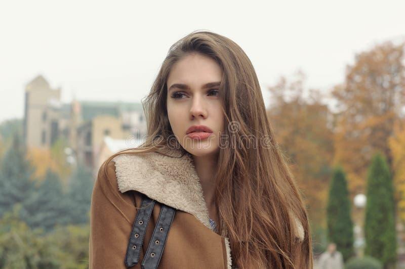 Närbildstående av en härlig flicka med långt brunt hår fotografering för bildbyråer
