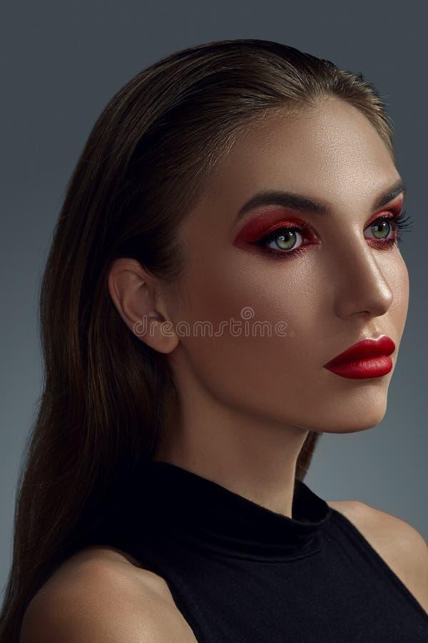 Närbildstående av en härlig modemodell med yrkesmässigt smink royaltyfria foton