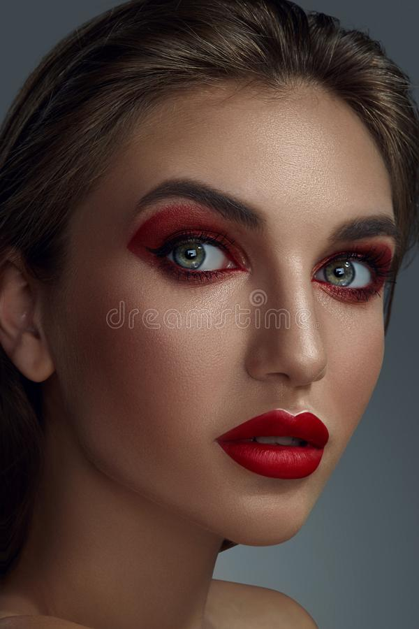 Närbildstående av en härlig modemodell med yrkesmässigt smink royaltyfria bilder