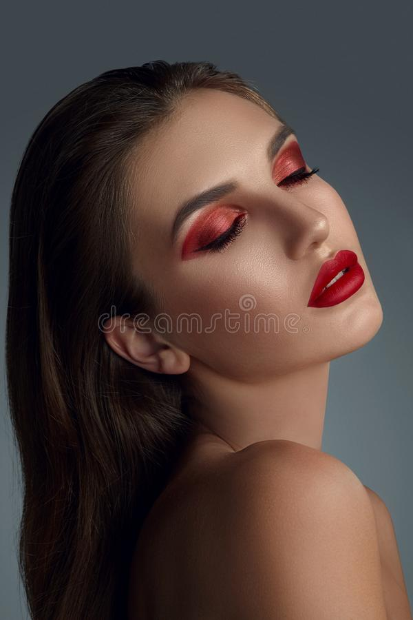 Närbildstående av en härlig modemodell med yrkesmässigt smink fotografering för bildbyråer