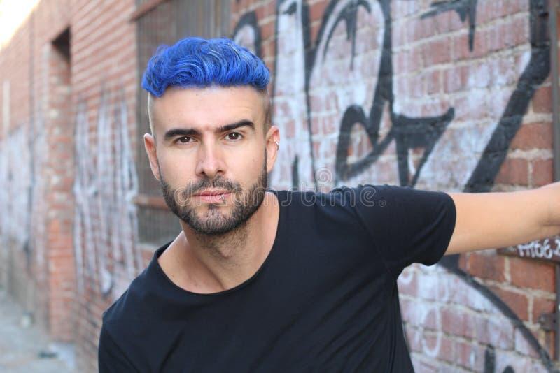 Närbildstående av en härlig ung man med blått hår Mäns skönhet, mode arkivfoton