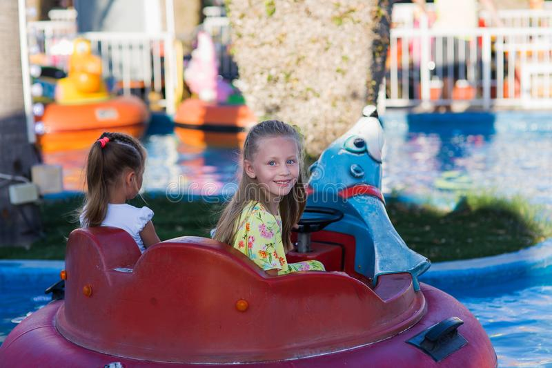 Närbildstående av en le flicka nära karusellen på mässan Lyckligt barn som har gyckel i nöjesfältet lycklig barndom arkivfoton